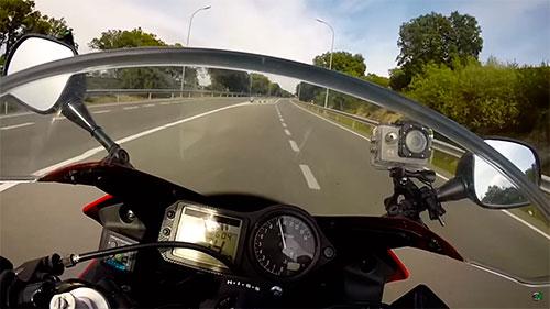 Majes en Moto utiliza dos cámaras para grabar sus vídeos.