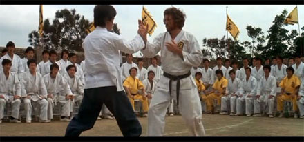 "El actor Bruce Lee luchando en ""Enter the Dragon"""