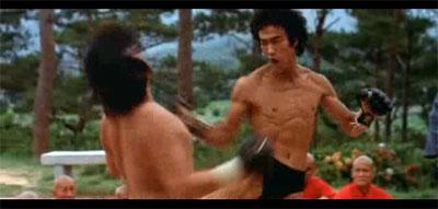 """Bruce Lee combatiendo en la película """"Operación Dragón"""""""