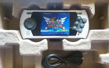 Interior de la caja del pack Mega Drive Ultimate Portátil.