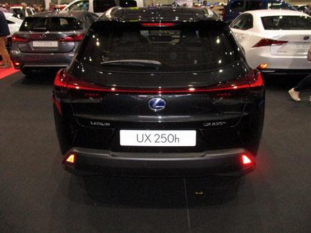 Lexus UX 250h desde atrás.