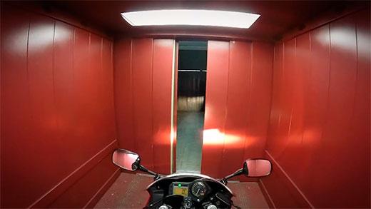 Majes con su CBR dentro del ascensor de su casa