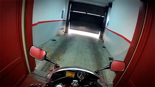 Majes en Moto saliendo del ascensor con su moto.