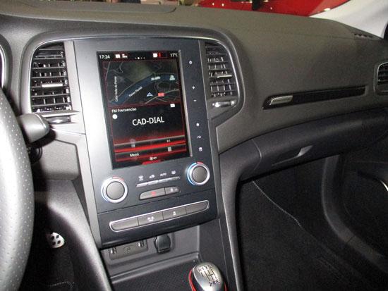 Pantalla de mandos interiores del Mégane R.S.