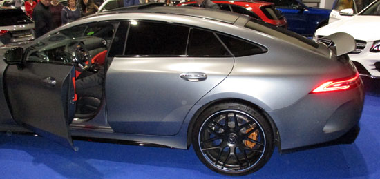 Vista lateral del Mercedes-AMG GT Coupé de 4 puertas