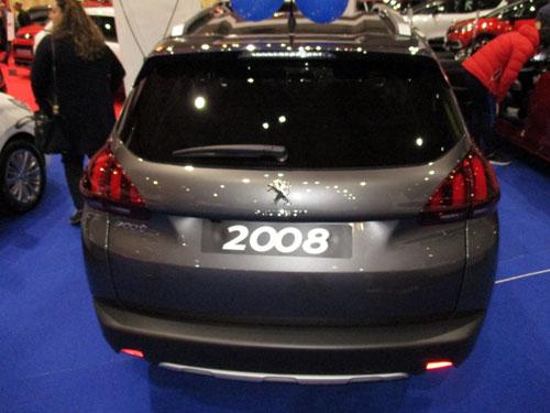 Peugeot 2008 desde atrás.