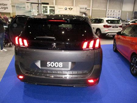 Peugeot 5008 visto desde atrás.