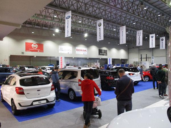 Público observando algunos modelos Ford expuestos en el salón.